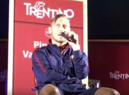 Roma Totti canta Baglioni in ritiro